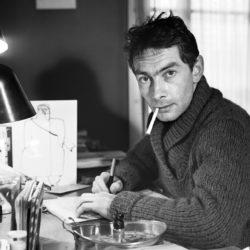 Der Genfer Schriftsteller, Journalist und Fotograf Nicolas Bouvier (1929 - 1998), aufgenommen am 1. November 1963. Bouviers Reiseberichte, die in Folge verschiedener Aufenthalte in Asien und Osteuropa entstanden, machten ihn als Meister des Fachs bekannt. (KEYSTONE/Photopress-Archiv/Str)
