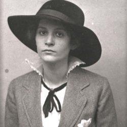 Catherine Colomb vers 1917 (fonds C. Colomb, Centre des littératures en Suisse romande, UNIL)
